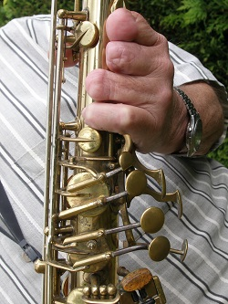 Aanpassing voor de saxofonist die drie halve vingers mist.